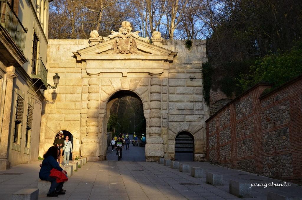 brama wejściowa w kamiennym murze