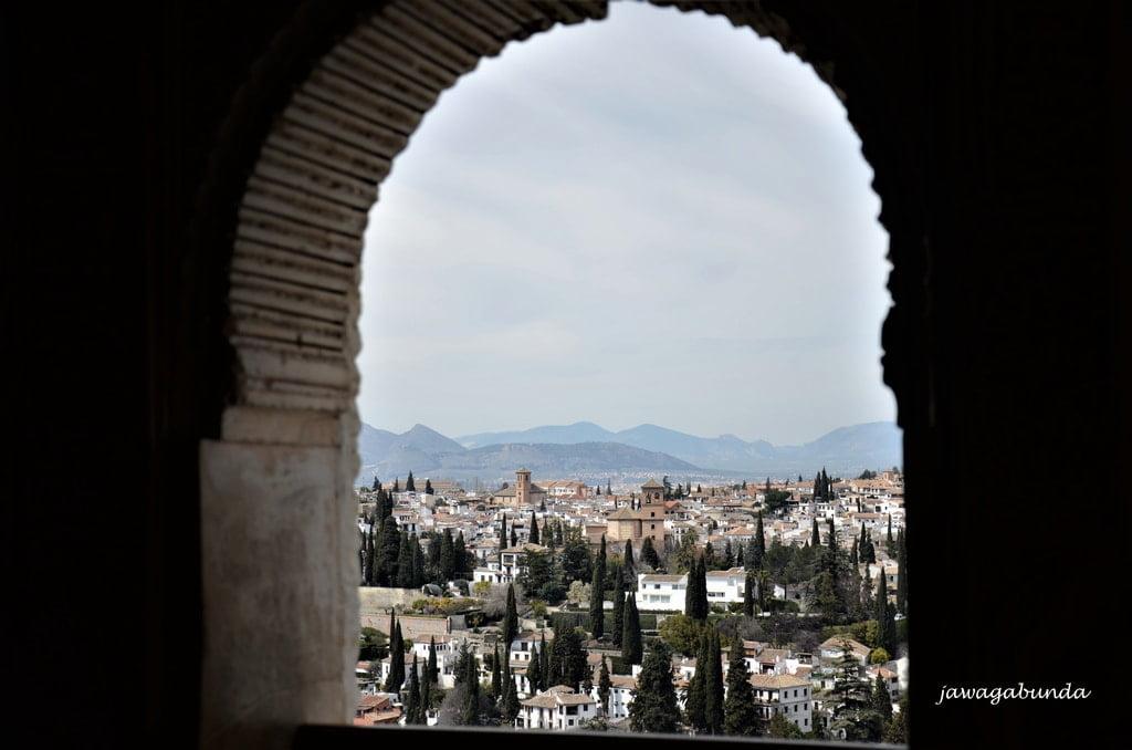 wzgórza widoczne przez perspektywę okna