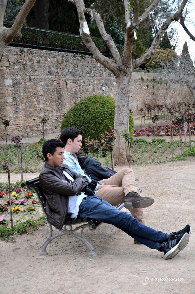 dwaj mężczyźni drzemiący na ławce w Alhambrze