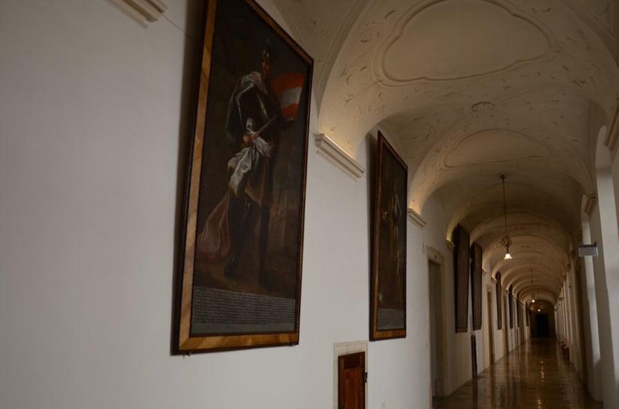 galeria obrazów na ścianie