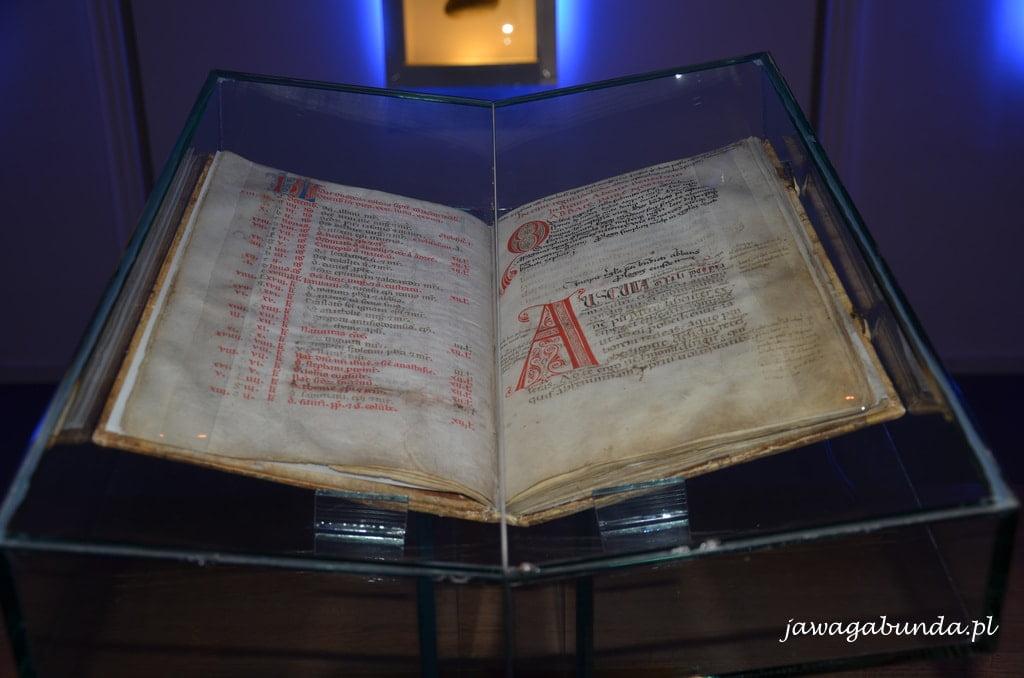 stara księga w szklanej oprawie
