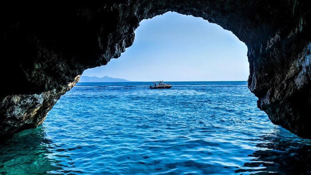 groty i niebieskie morze
