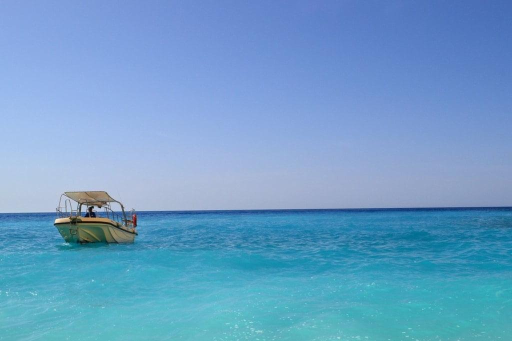 mała łódka na błękitnym morzu