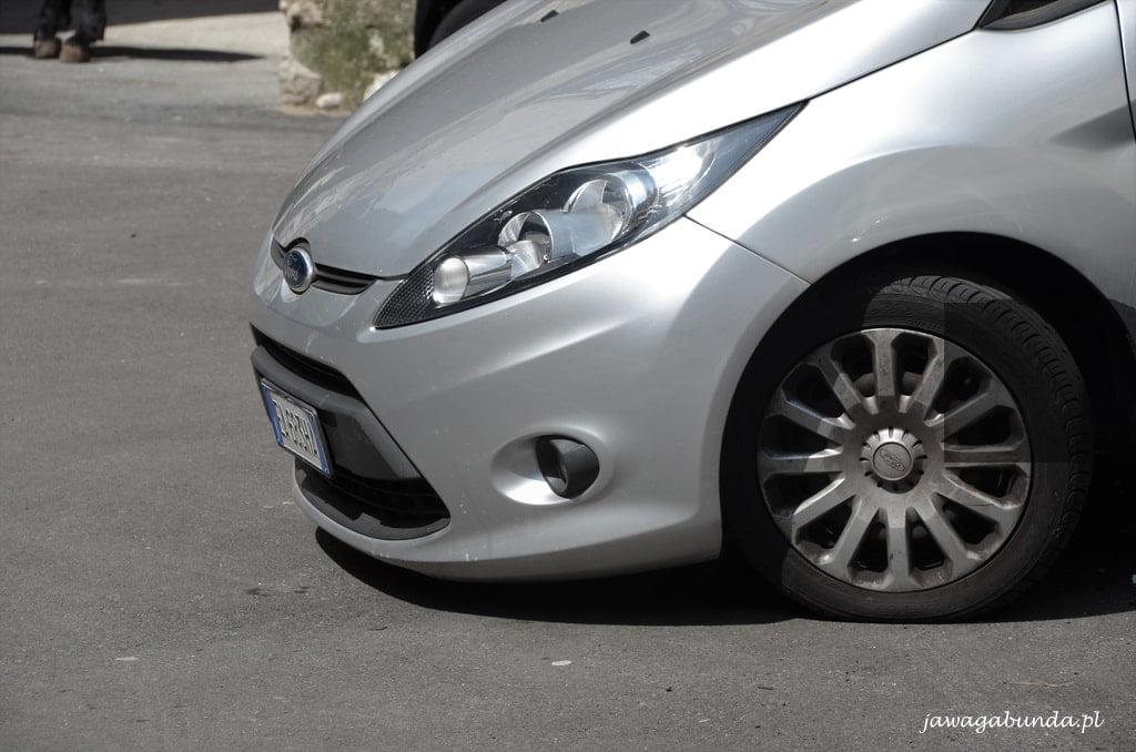 samochód zaparkowany w Amalfi
