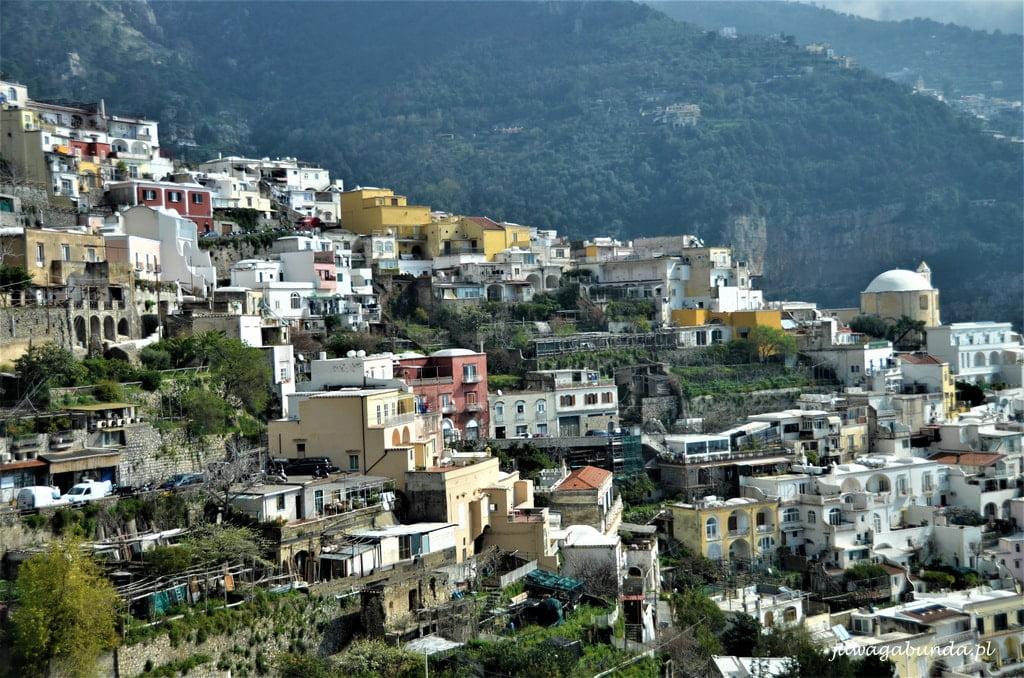 widok na miasto położone na skarpie nad morzem