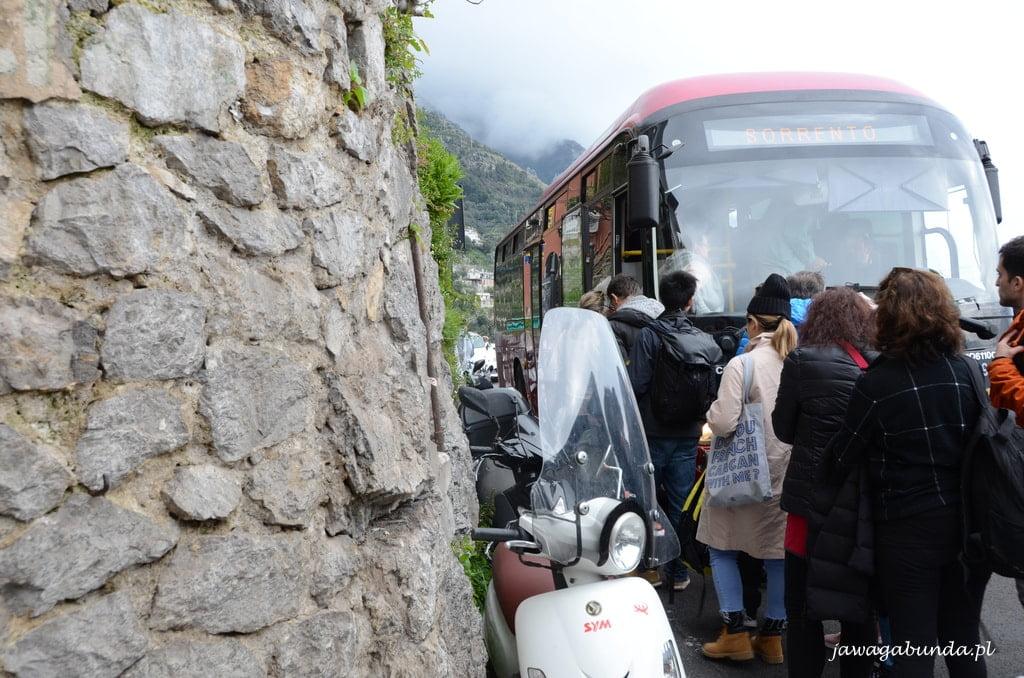 ludzie wsiadający do autobusu