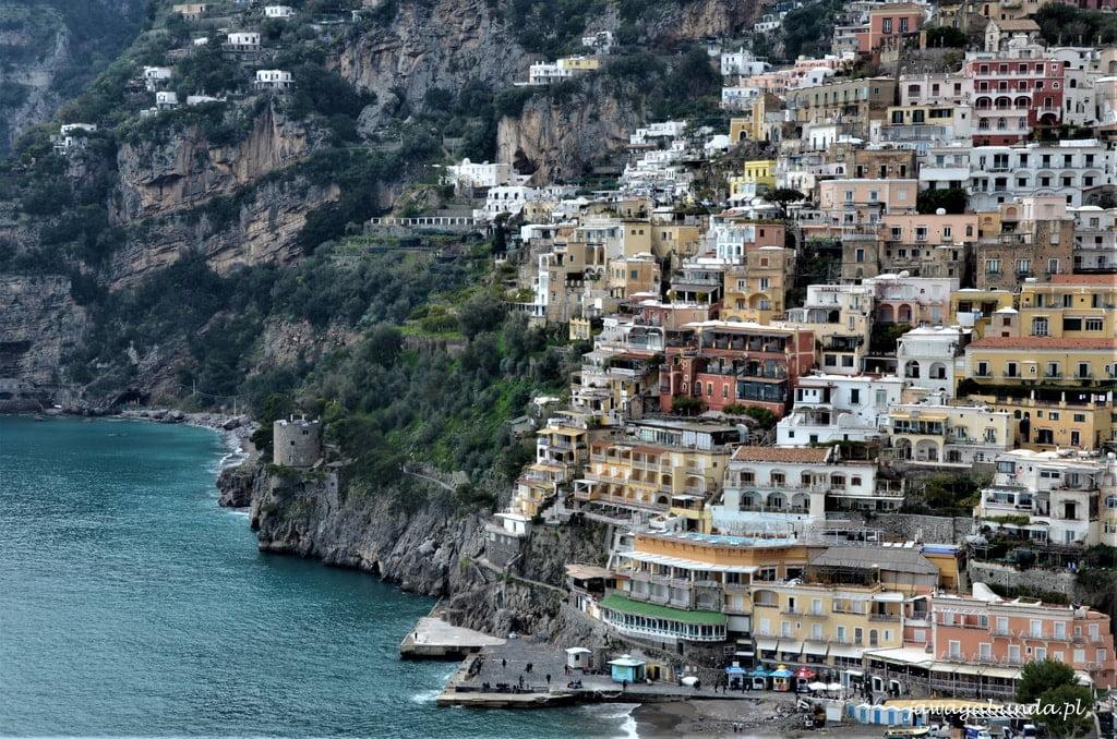 kolorowe domy na skale