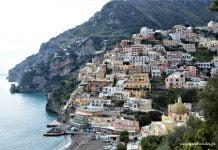 kolorowe miasto na skarpie nad morzem