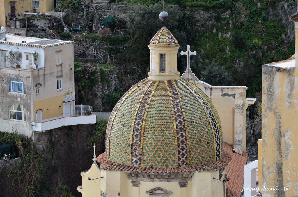 wieża kościoła wyłożona płytkami ceramicznymi