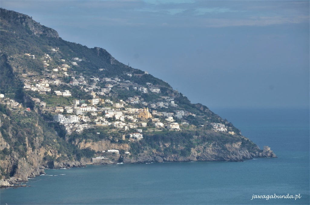 widok na wzgórza nad morzem z miasteczkami