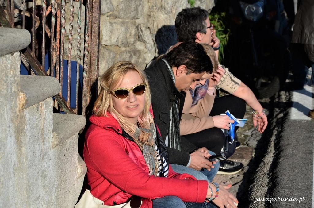 Positano ludzie na przystanku autobusowym