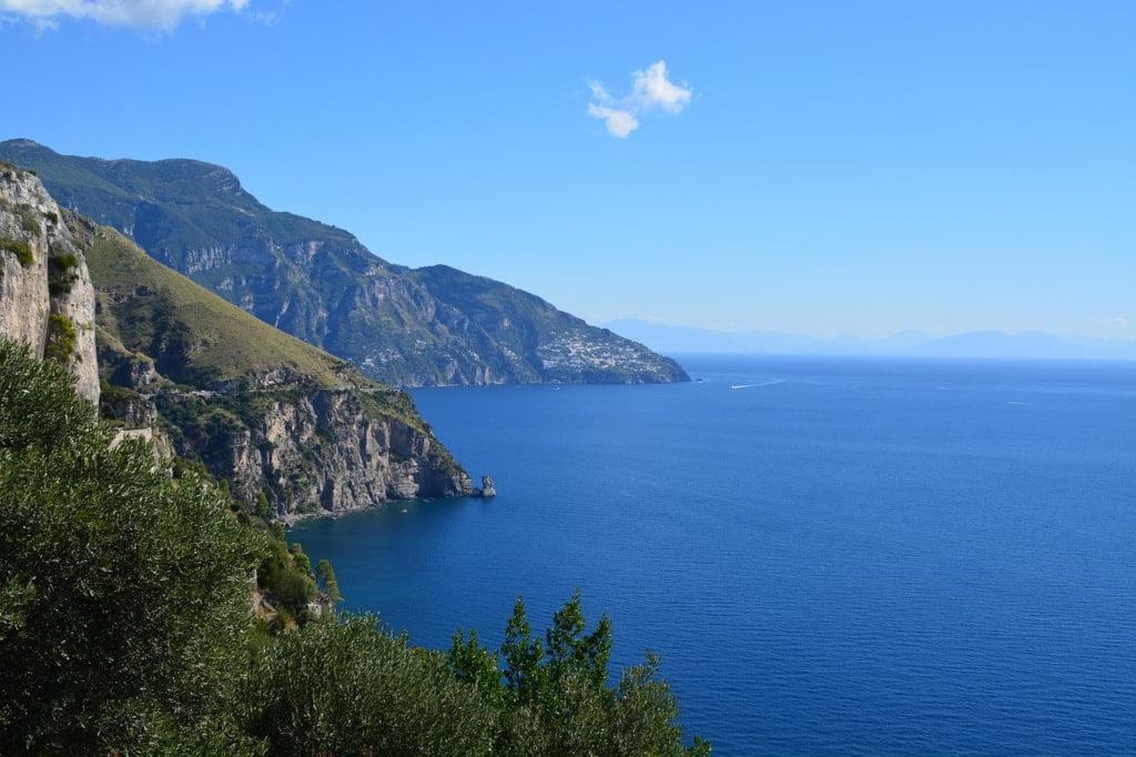 morze i położone nad nim miasteczka w na klifach