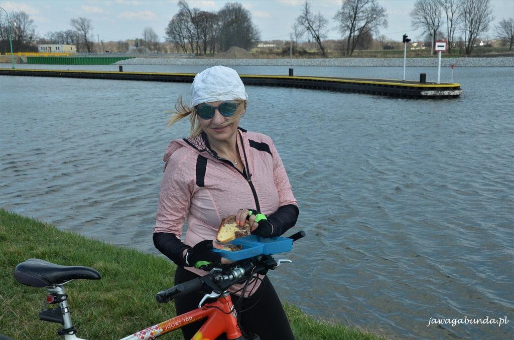kobieta na rowerze nad rzeką