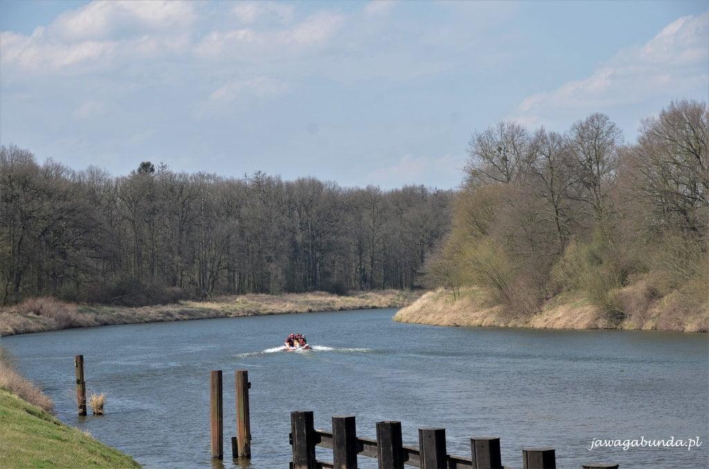 motorówka na rzece