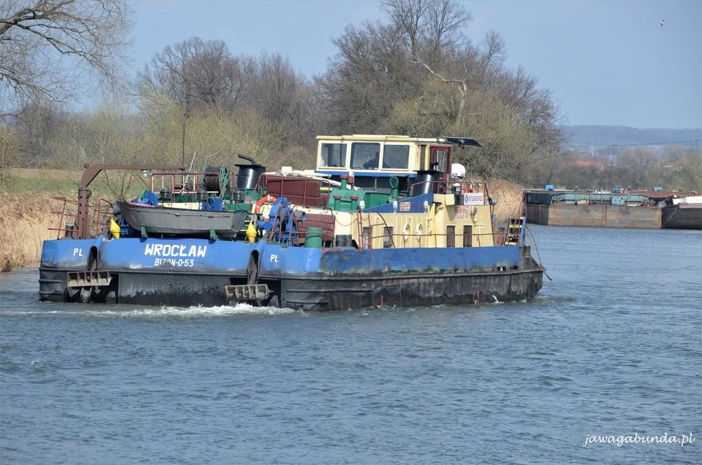 barka na rzece