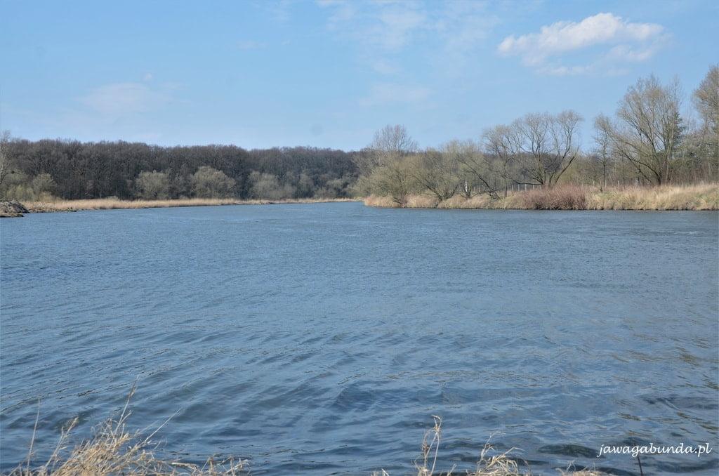 rzeka i łąki ilasy nad nią