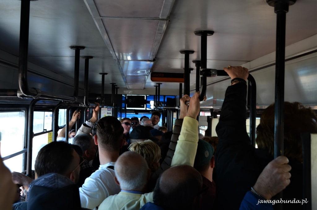 ludzie w autobusie