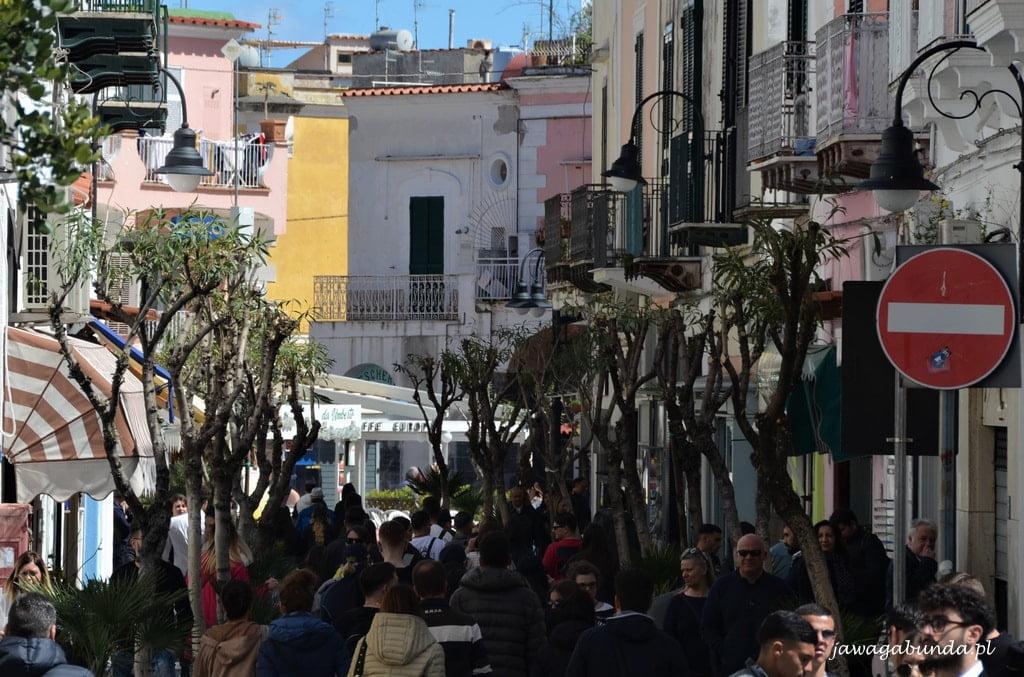 zatłoczona uliczka w starym mieście