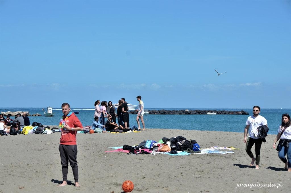 młodzież na plaży