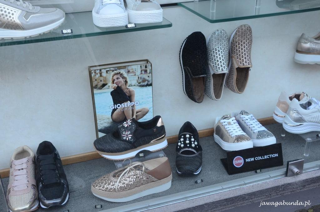 wystawa sklepu z butami