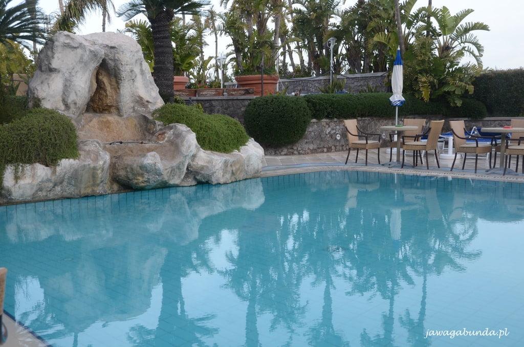 basen z wodą termalną