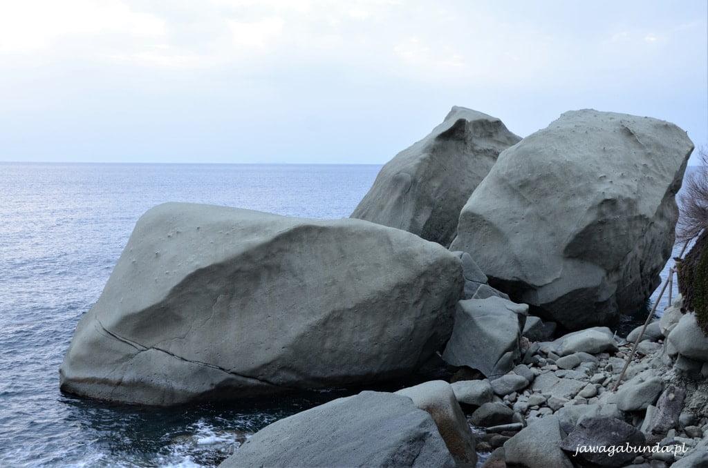 skały w morzu