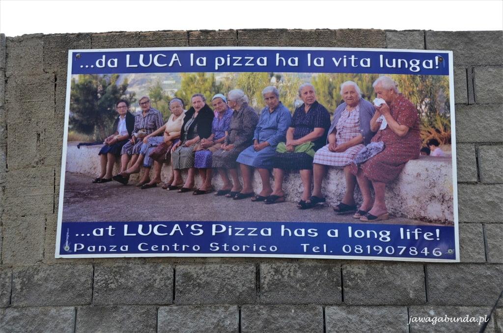 plakat reklamujący pizzerię