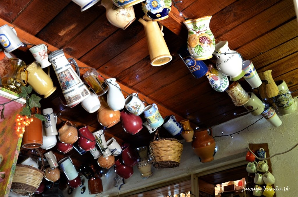 kubki ceramiczne wiszące u powały