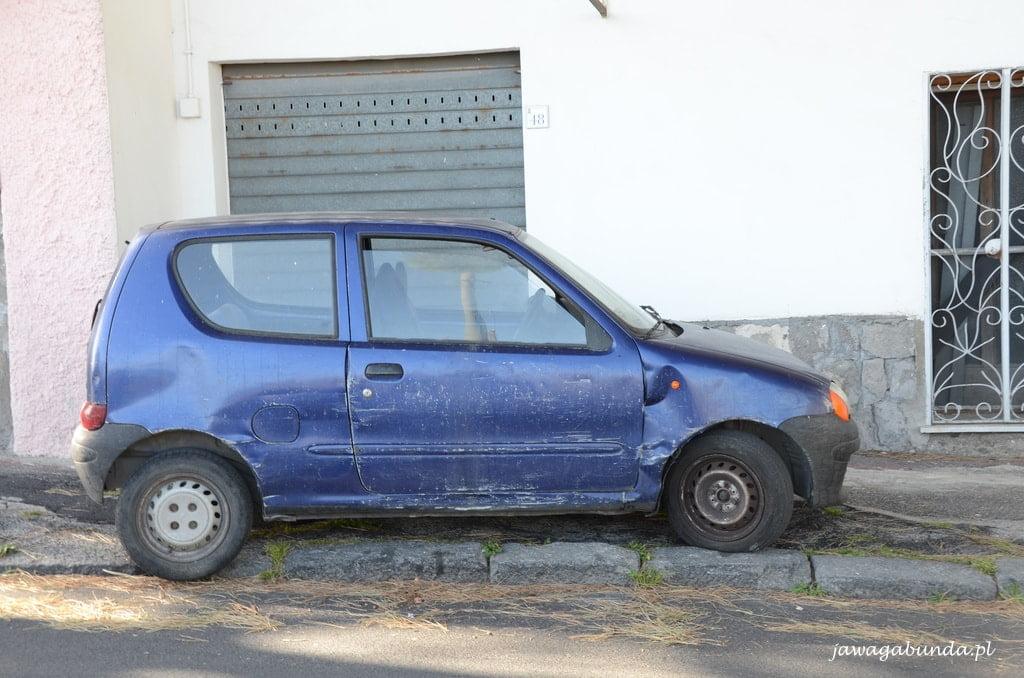 małe niebieskie auto poobijane