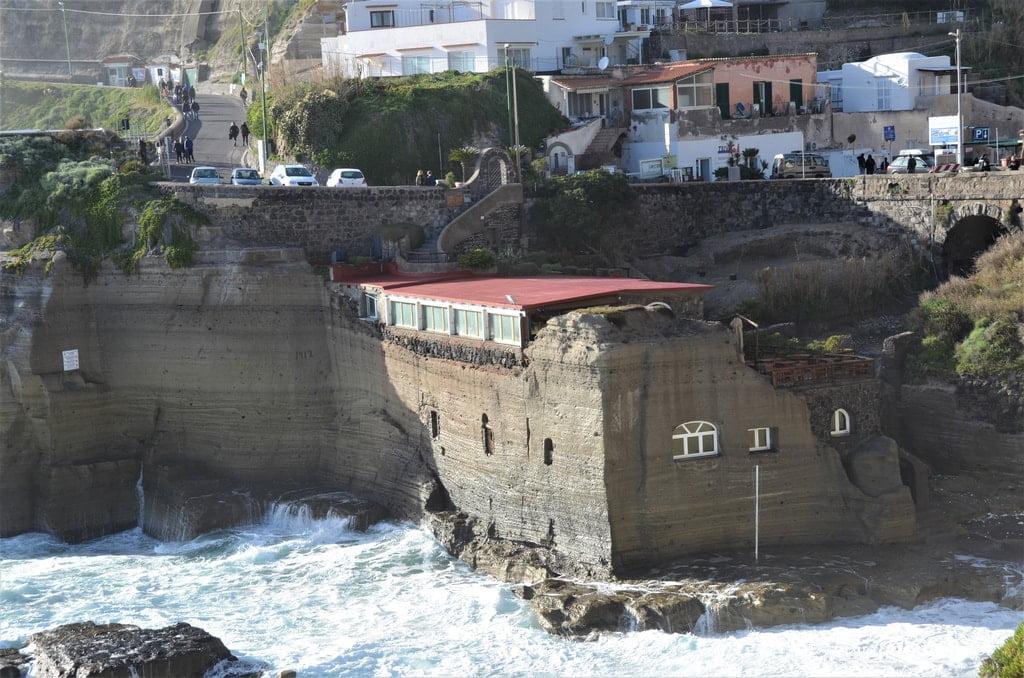 olbrzymie fale morskie rozbijają się o brzeg