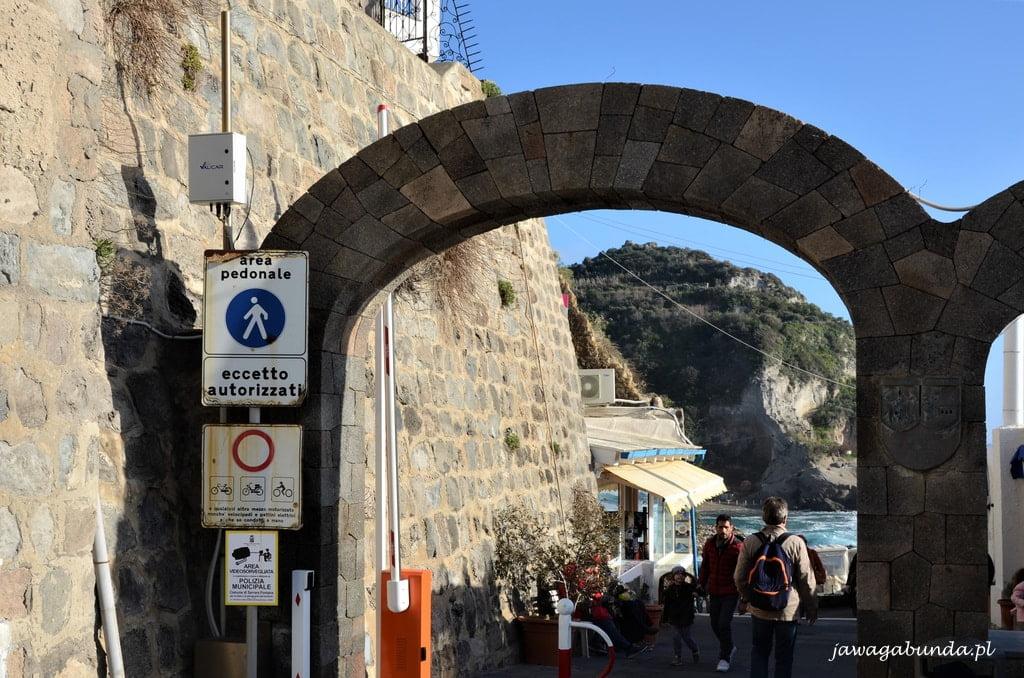 kamienna brama do miasta