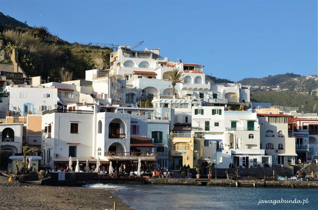 miasteczko z kolorowymi domami nad brzegiem morza