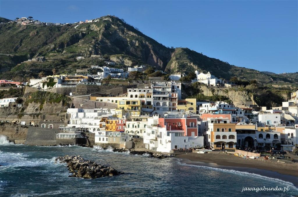 kolorowe domy na wyspie włoskiej