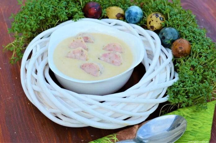 Tradycyjna wielkanocna zupa chrzanowa z pyszną wędzonką. Zupa poda z wielkanocnym stroikiem.
