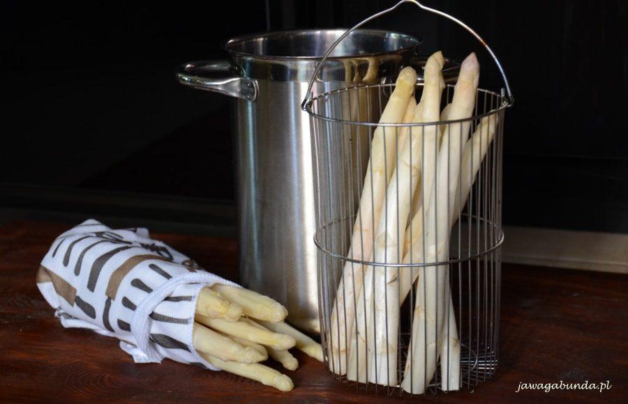 Garnek do gotowania szparagów i szparagi zapakowane w ściereczkę
