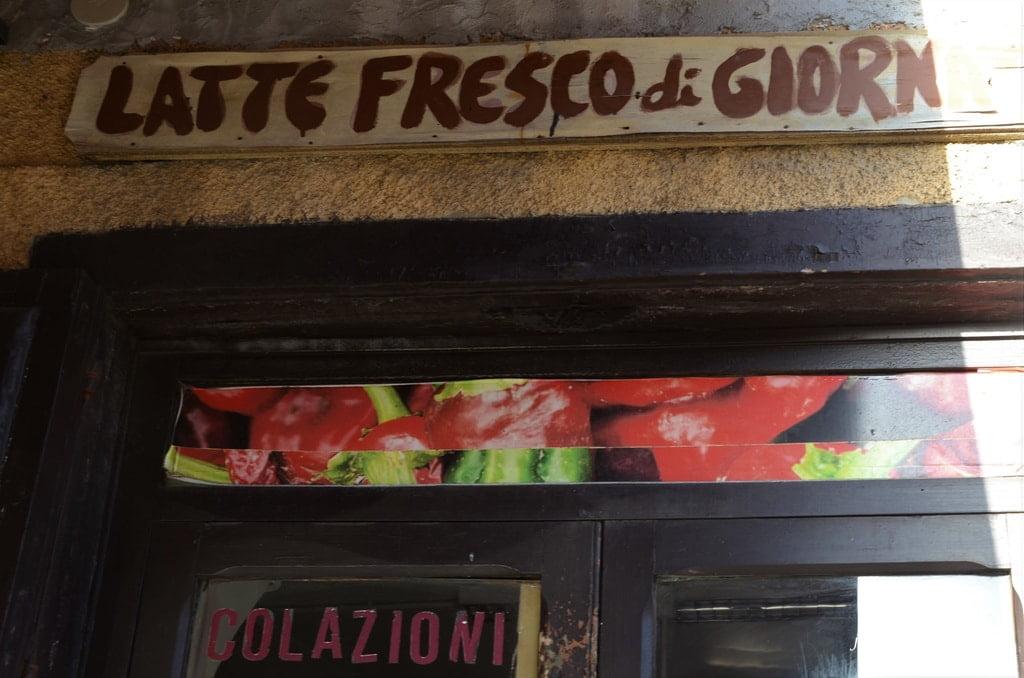 afisz sklepu z włoskim napisem