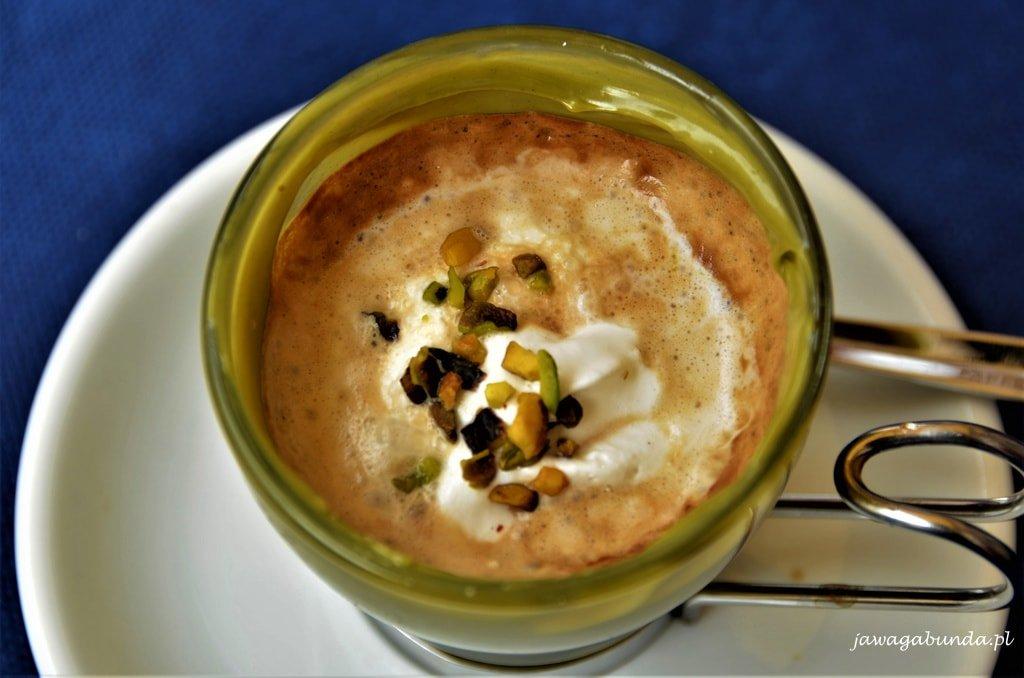 filiżanka pistacjowej kawy