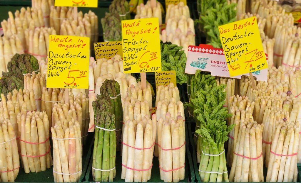 Szparagi na niemieckim targu.