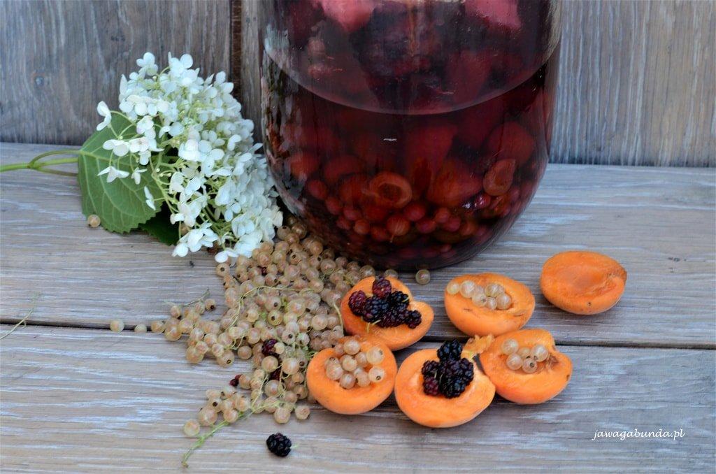 nalewka z owocami w słoju