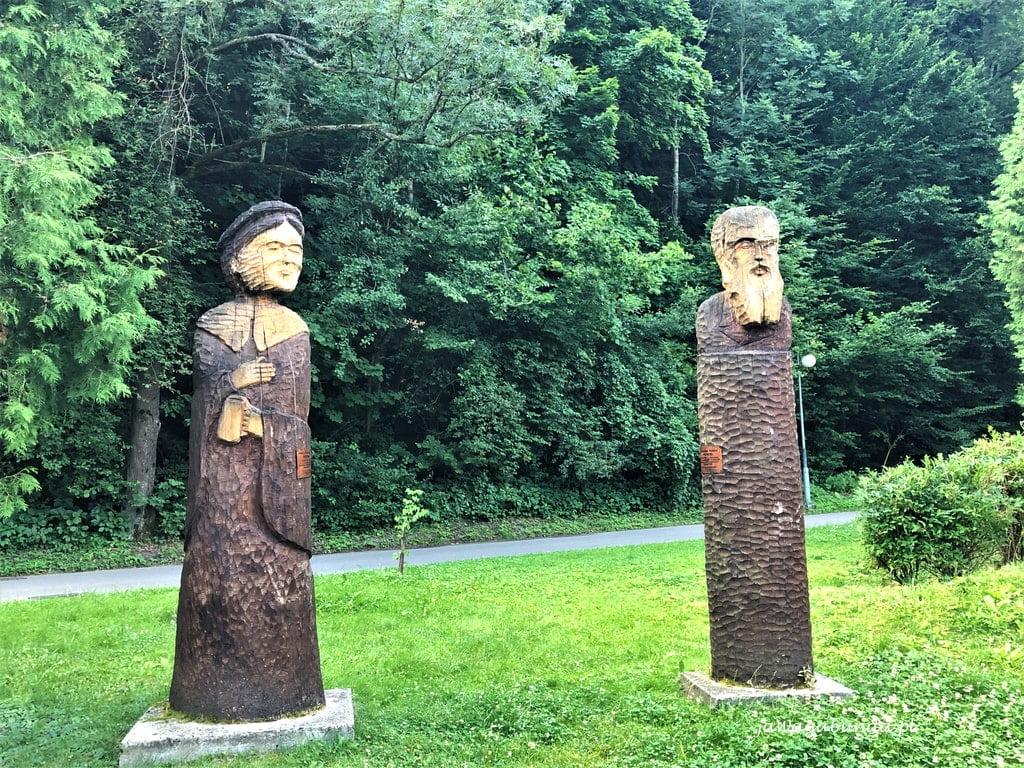 Rzeźby postaci w parku