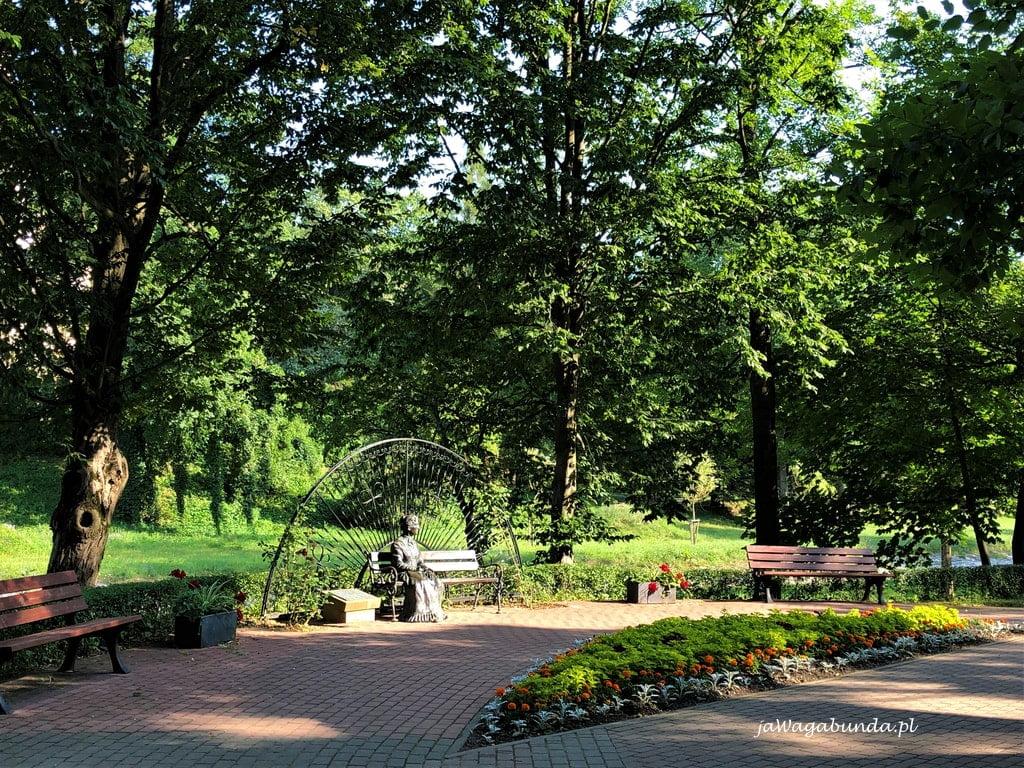pomnik w parku