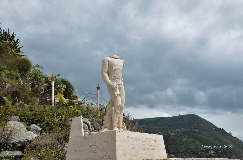 pomnik nurka na plaży w Kalbrii