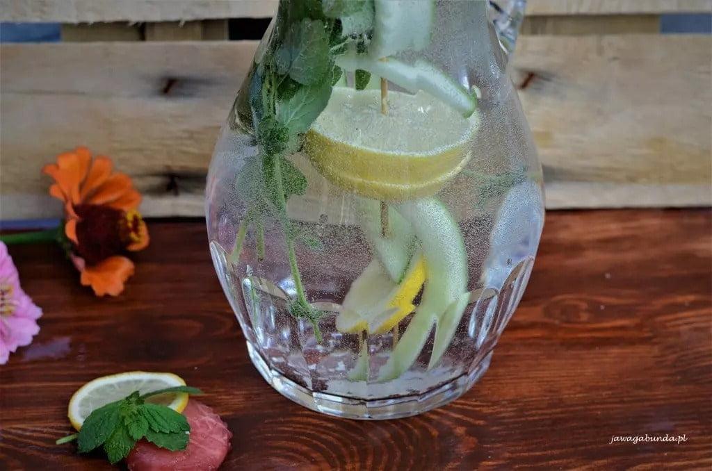 Przepis na lemoniadę ogórkowo cytrynową z liścmi mięty.