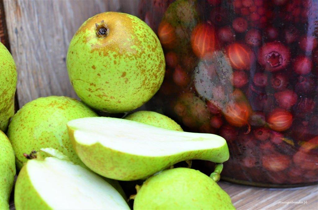 gruszki i słój z owocową ratafią