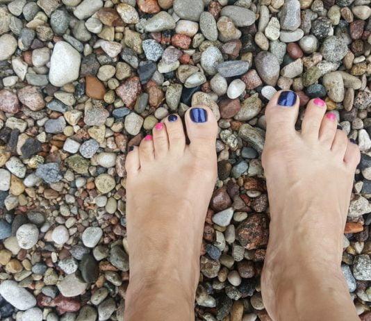stopy na kamieniach