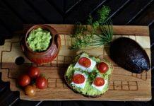 kanapka z pastą guacamole z awocado