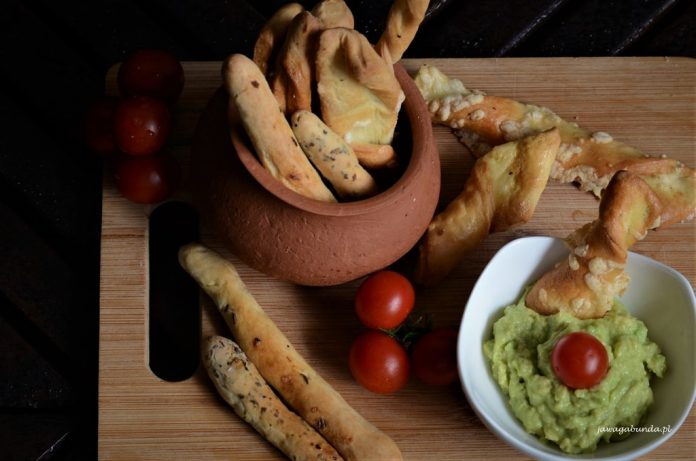paluchy drożdżowe i pasta z avocado i pomidory
