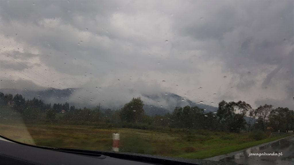 deszcz za szybą samochodu