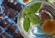 kostki lodu miętowe w szklance wody