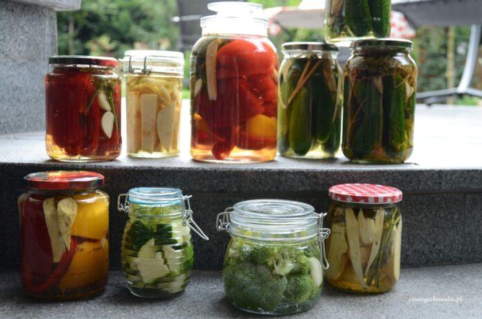 Jak ukisić różne warzywa na zimę. Kiszonki w słoikach obok siebie.